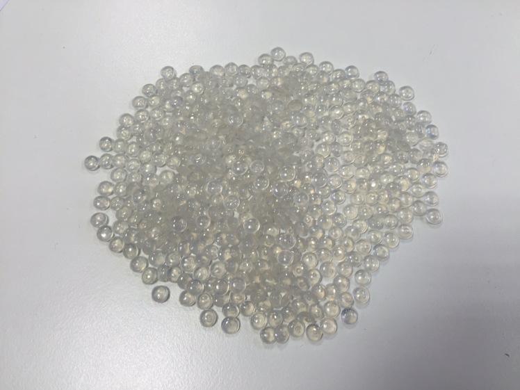 Pirkėjams siūlomos nepermatomos šviesios, skaidrios ir juodos perdirbto putų polistireno granulės