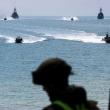 Rusija skelbia paleidusi įspėjamuosius šūvius JK karo laivo link